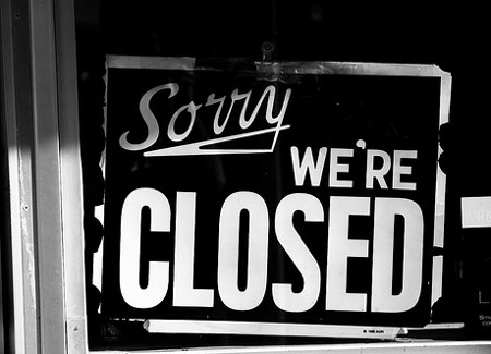 Sorry We're Closed sign photo by Tommaso Galli